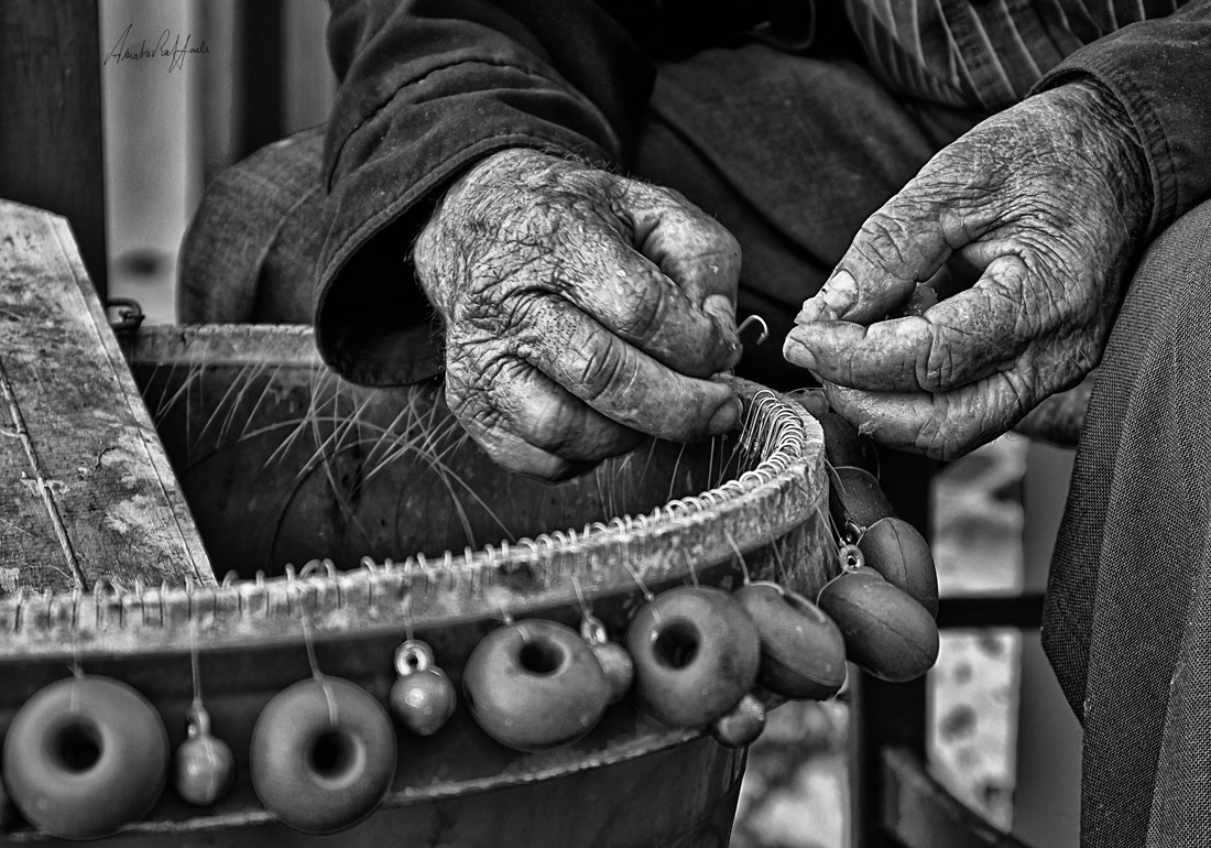 foto-mani-Loutro- Creta-monocromo-Hands-crete-work-greece-fisherman-fishing-monochrome-black-white-Amato